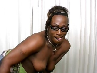 Ebony shemale jerks off while giving a blowjob