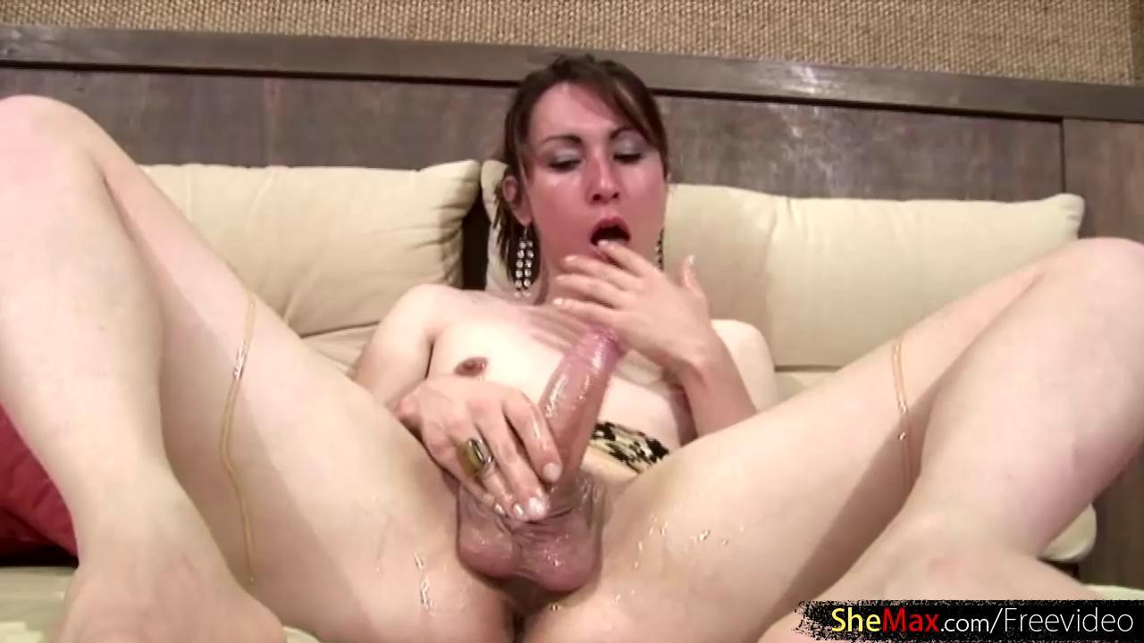 Temptress Tgirl Aubrey Kate masturbates in her car